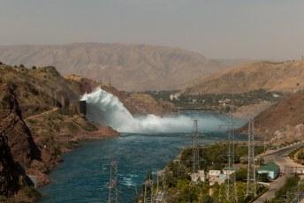 We verlieten Doesjanbe definitief en gingen een nachtje slapen op dat stuwmeer bij Nurek.