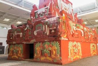 Reconstructie van een tempel die tegenwoordig onder de andere zit (elke nieuwe koning bouwde over de bouwwerken van de vorige heen).