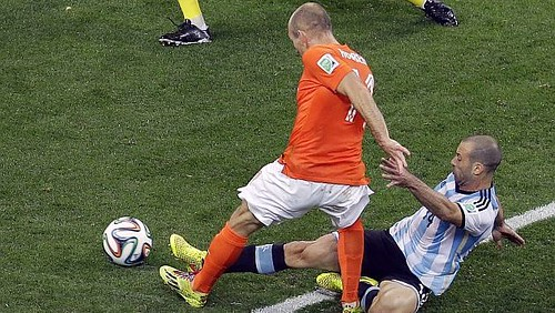 Mascherano y Robben. Photo EFE