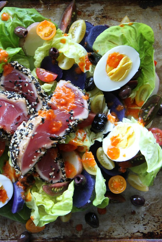 Insalata di tonno scottato al sesamo e vinaigrette di peperone