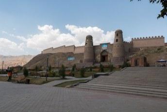 Bijvoorbeeld naar Khisor. Daar kun je dit fort bekijken.