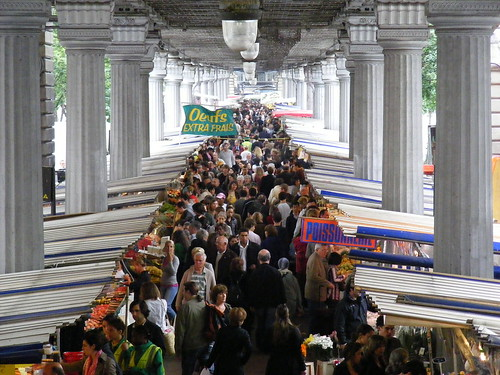 A-public-market-in-Paris_Marché-de-Grenelle_located-in-boulevard-Grenelle_sunday-first-juin-2008_from-Dupleix-subway-station_816x612