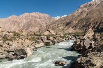De rivier waar we langs reden was afwisselend breed en rustig of smal en wild.