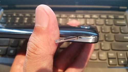 ฝาปิด Micro SIM card ของ Alcatel OneTouch Idol X+ ออกแบบมาดูดี