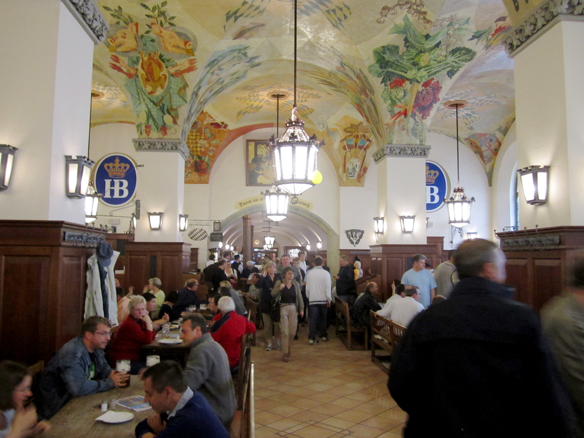 Inside the Hofbräuhaus in München.