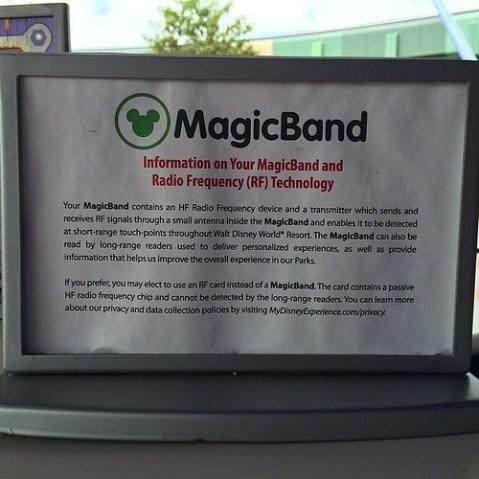 MagicBandの注意書き。課金やゲート、ファストパスとしての利用は近接距離のみの通信を行っているが、ロングレンジでのセンシングも行っている(通過しただけでも位置を特定できる)。そのため、そういうのが嫌なら近接通信のみ可能なカード型チケットを使うべし、としている。