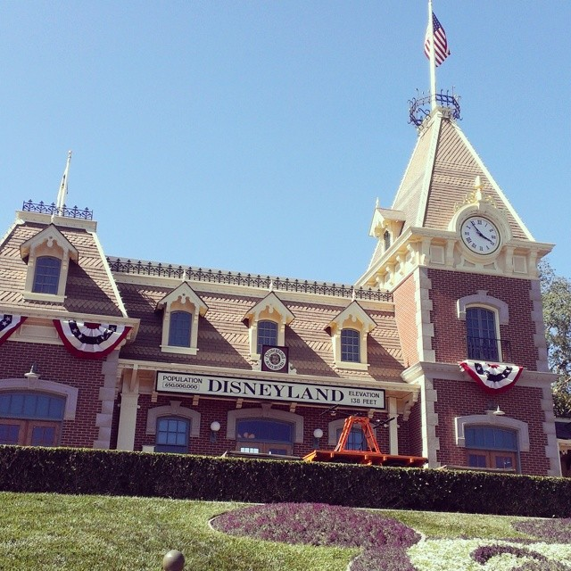 Sunny days, chasing the clouds away... #Disneyland #happiestplaceonearth