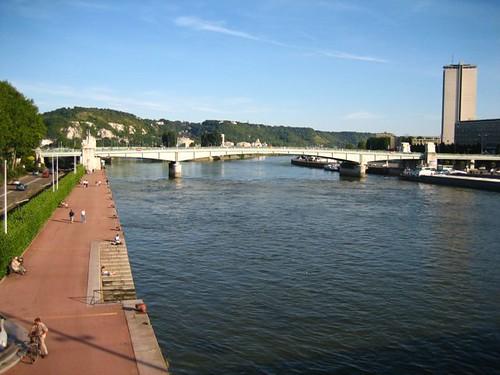 ไปนั่งกินหนมริมแม่น้ำ Seine (คิดว่า�่านเ�งต้�งผิดแน่ๆเรย) คนมาวิ่งและถีบจักรยานกันเต็มเรย �ยากถีบมั่ง แต่ตั้ง 15 บาทสำหรับวันนึง และเราไปถึงเย็นแล้วด้วย