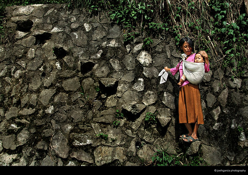 Batad, Banaue, Ifugao mother carries child baby infant Buhay Pinoy Philippines Filipino Pilipino  people pictures photos life Philippinen  菲律宾  菲律賓  필리핀(공화�) aban