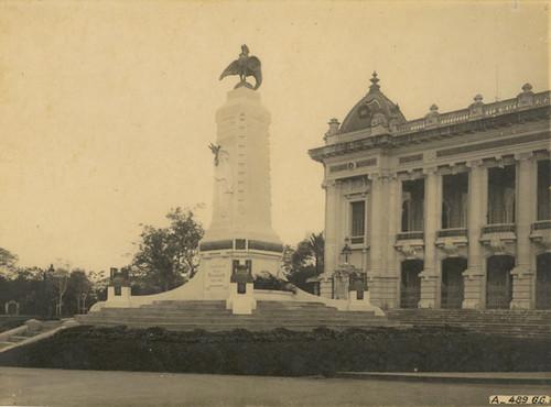 Tượng đài trước nhà hát lớn