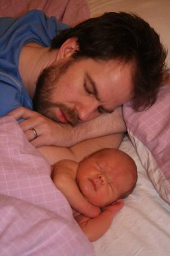Pappa och Ava sover