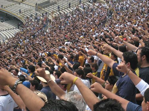La hinchada de Pumas canta el himno universitario antes del partido