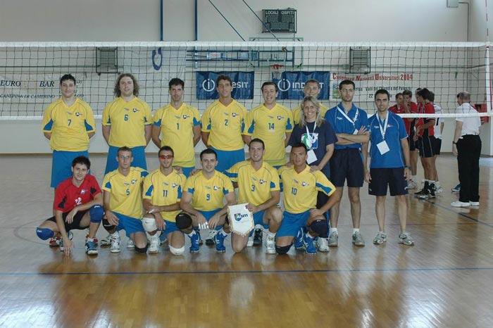 foto di squadra con maglia gialla