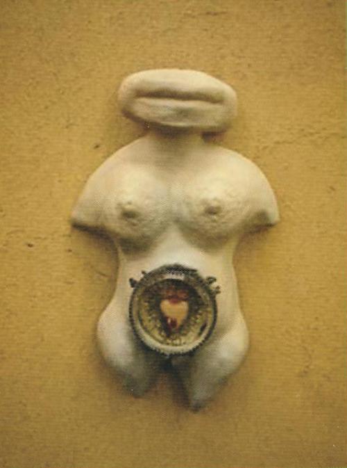 Pupas, 2003. Cerâmica e relicário. 25x17cm. Rosa Esteves.