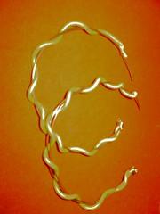 Argola feita com arame e fios de fonte.