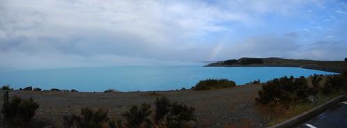 El lago Tekapo con el arco iris de fondo