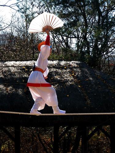 La liberté est avant tout une subtile question déquilibre (Funambule, par ouhdeyeah. CC-By-NC-ND. Source Flickr)
