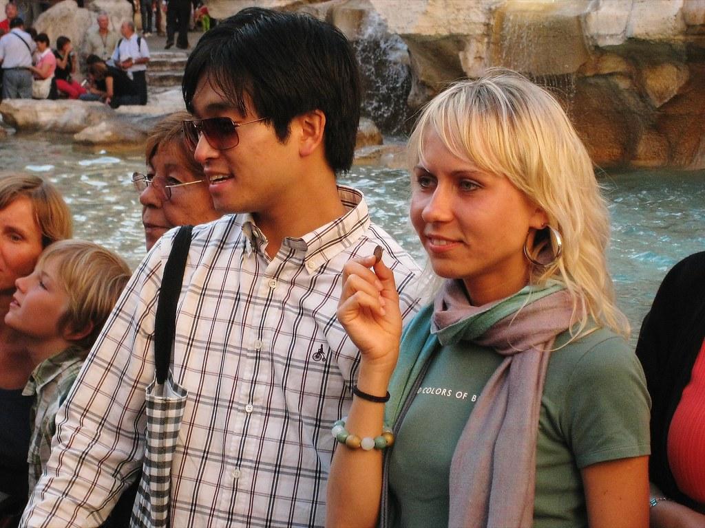 Gente en la fontana de Trevi