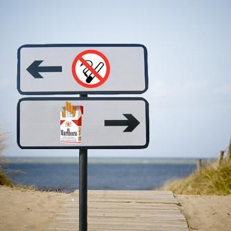 rookvrij strand links, roken toegelaten rechts