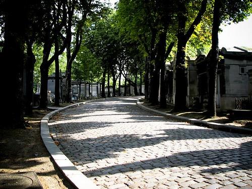 페르 라셰즈 묘지 사진. 묘들이 늘어 서 있다.