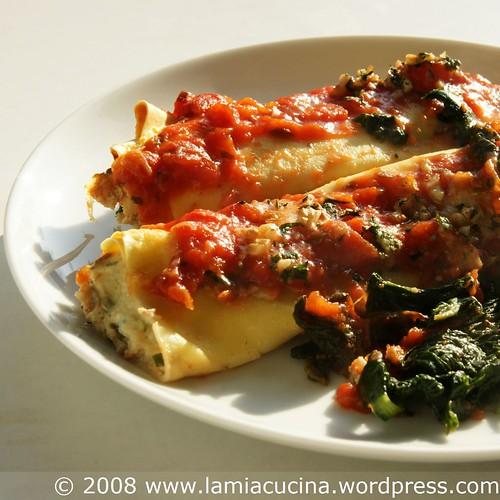 Cannelloni mit Ricotta-Baumnuss-Füllung auf dem Teller