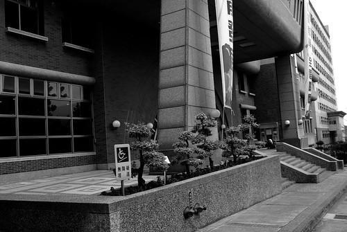 朝陽科技大�-圖書館前