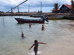 Kinder tummeln sich im Meer