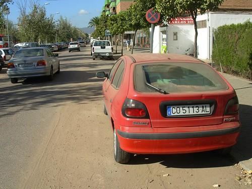 Avenida Carlos III aridos esparcidos por las calles de Cordoba Noviembre 2008. Carril Bici ocupado por Cochista