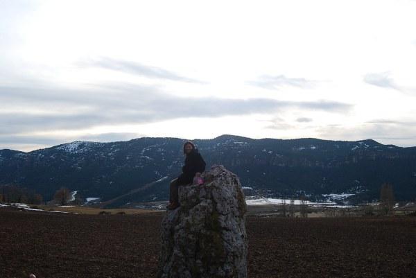 Ana sobre el menhir de Merli