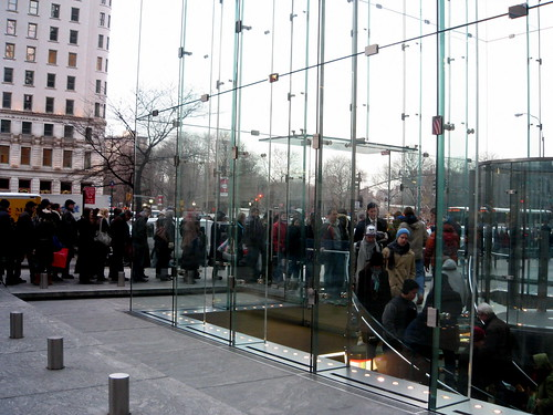 a long line in front of the Apple Store in NY /cc.wohn