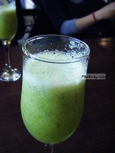 鹹花生的新鮮蔬果汁。