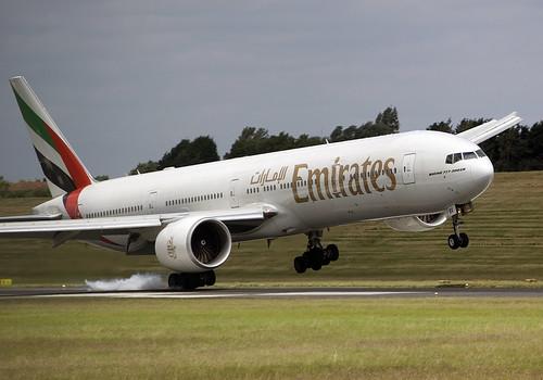 En Boeing 777 utfører sidevindslanding med ene vingen mot vinden for å få satt hjulene rett på banen.
