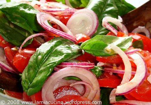 Tomaten, Tropea-Zwiebeln, Basilikum, Salatsauce
