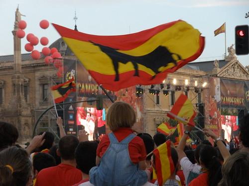 Niño, bandera y toro en la Plaza de Colón