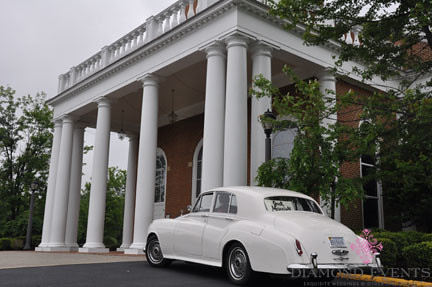 Rolls Royce Get-away-Car in front of Chapel for Wedding