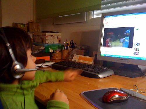 Párvulo digital viendo videos de sus Héroes favoritos en YOU TUBE