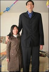 El hombre más alto del mundo contrajo matrimonio con una mujer 25 años más joven y por lo menos un tercio más baja que él. Sigue el enlace en la foto.