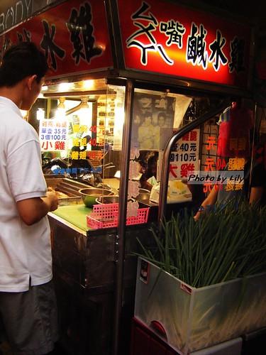 攤子旁邊大量新鮮的蔥。