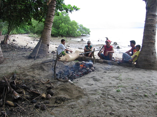 Philippines,Pinoy,Filipino,Pilipino,Buhay,Life,people,pictures,photos,city,rural roasting pig masarap man beach side sea food celebration