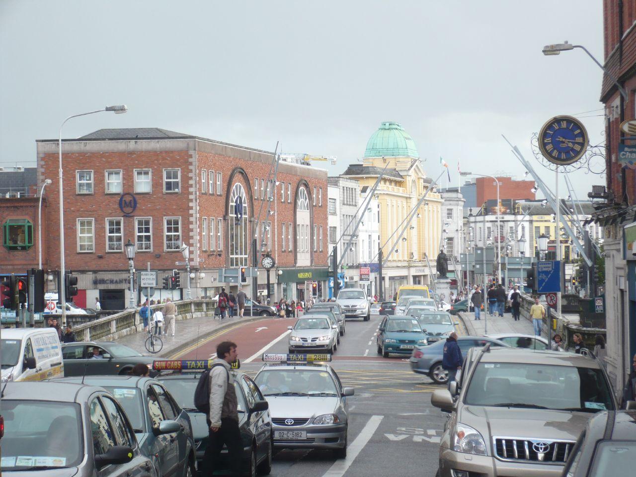 el puente y la calle de St. Patrick desde la otra orilla