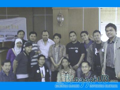 saya yang pakai sweater ungu dan berjilbab putih, foto bareng mas Enda Nasution dan Bapak Budi Putra beserta teman2 blogger.
