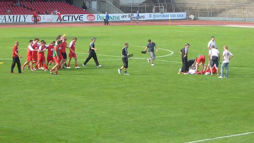 Die Mannschaft geht zum verletzten Stasi
