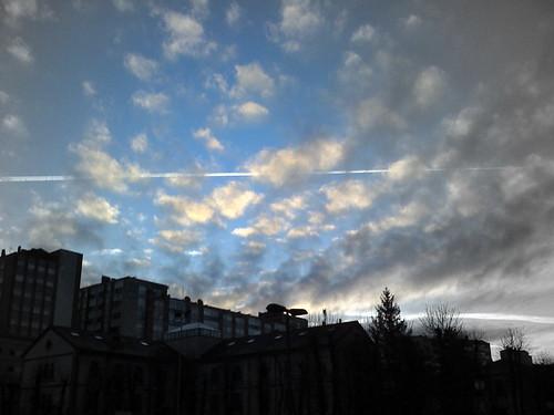 Cielo con estela de avión