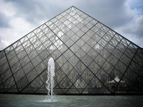 루브르 박물관 앞에 있는 거대한 유리 피라미드