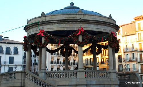 Vista del Kiosko de la Plaza del Castillo engalanado para las Navidades