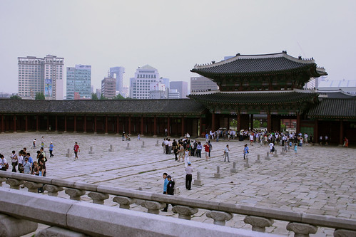 Just as you enter the Palace Gates, there is a large open square.