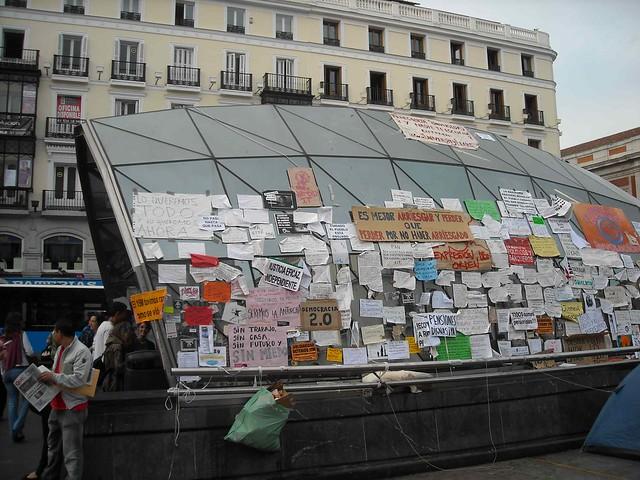 """Cubierta de Metro en Sol intervenida por """"@acampasol"""""""