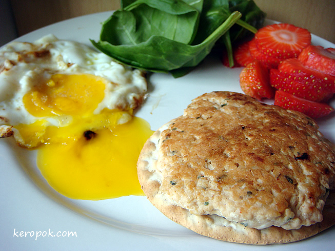 Turkey Patty, Egg, Strawberry and Baby Spinach