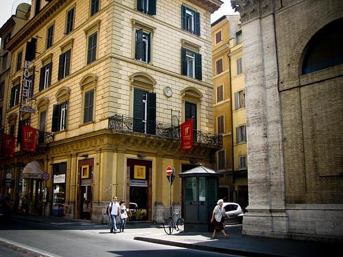 로마의 거리 사진. 호텔들이 줄지어 서있다.
