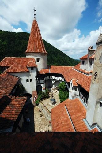 Patio del castillo de Bran, conocido también como Castillo de Drácula
